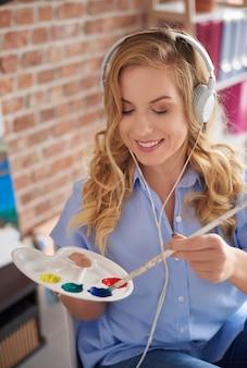 Vrouw ontspannen tijdens het schilderen van foto's