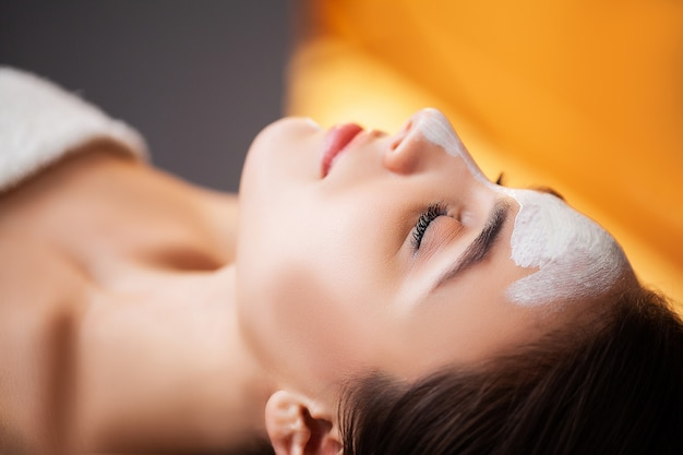 Vrouw ontspant tijdens spa-behandelingen in de schoonheidssalon