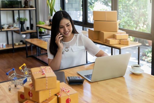 Vrouw ontvangt bestellingen via mobiele telefoon.