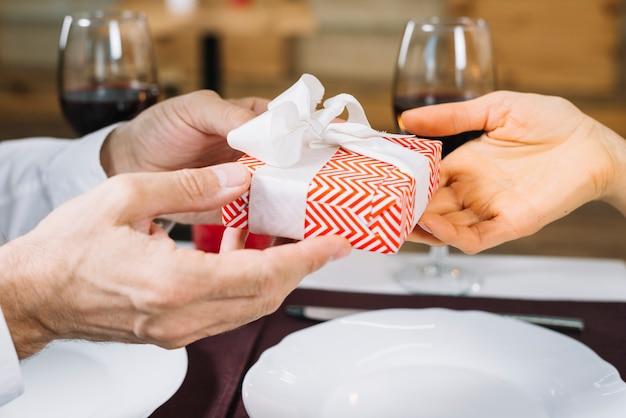 Vrouw ontvangt een geschenk van haar geliefde