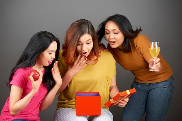Vrouw ontvangt een geschenkdoos