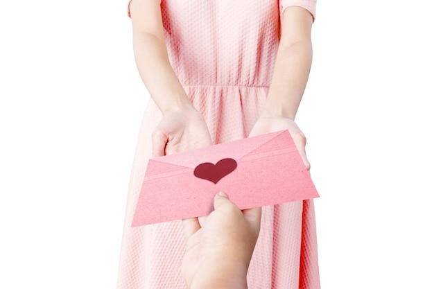 Vrouw ontvangt een roze envelop met hart geïsoleerd op witte achtergrond