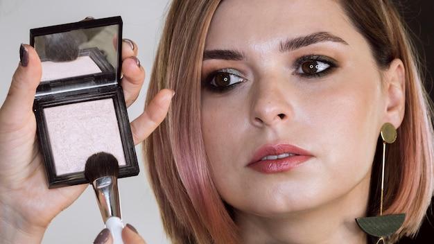 Vrouw ontvangt make-up service