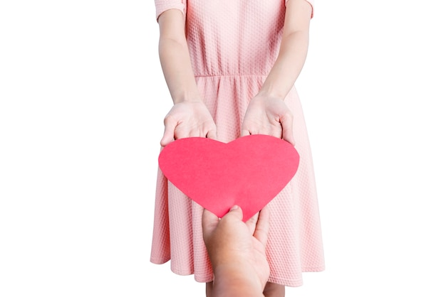 Vrouw ontvangt rode harten geïsoleerd op witte achtergrond