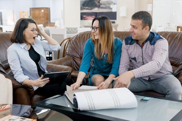 Vrouw ontwerper gordijn werken met klanten jonge gezin