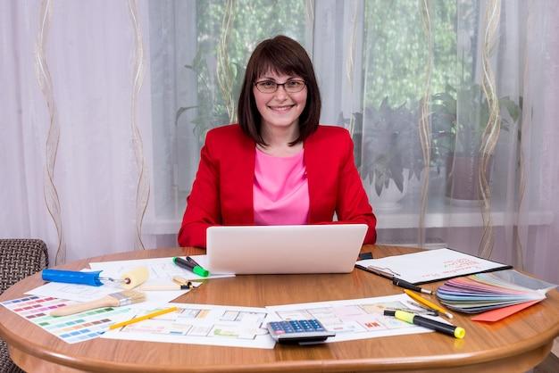 Vrouw ontwerper werken in kantoor met laptop