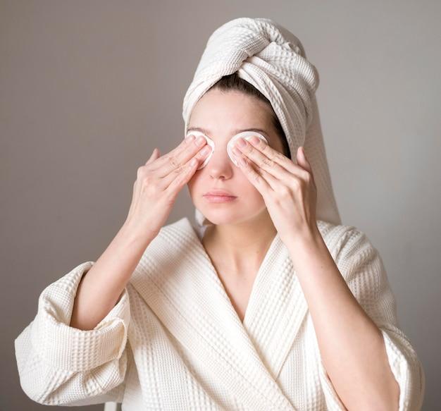 Vrouw oogschaduw verwijderen