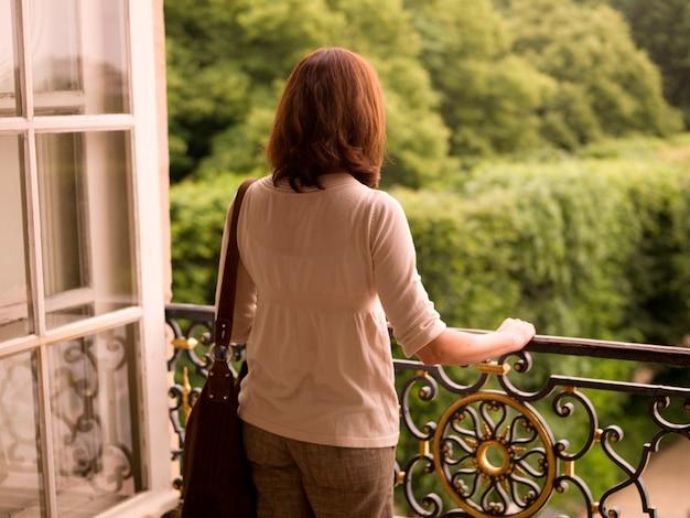 Vrouw op balkon in parijs frankrijk
