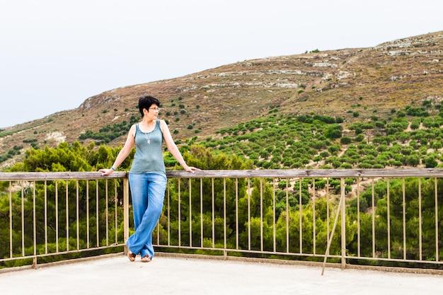 Vrouw op de achtergrond van de oude stad. kreta