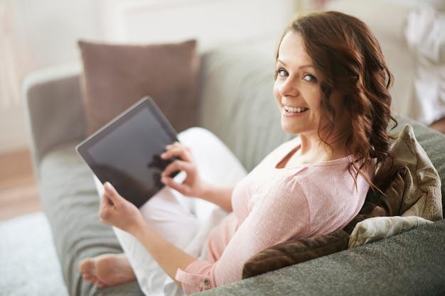 Vrouw op de bank met behulp van een tablet