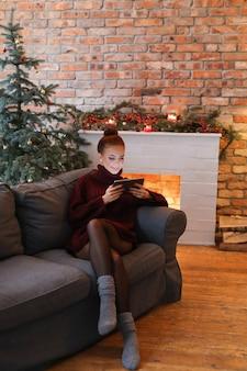 Vrouw op de bank met een tablet