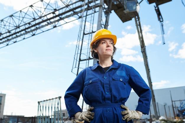 Vrouw op de bouwplaats