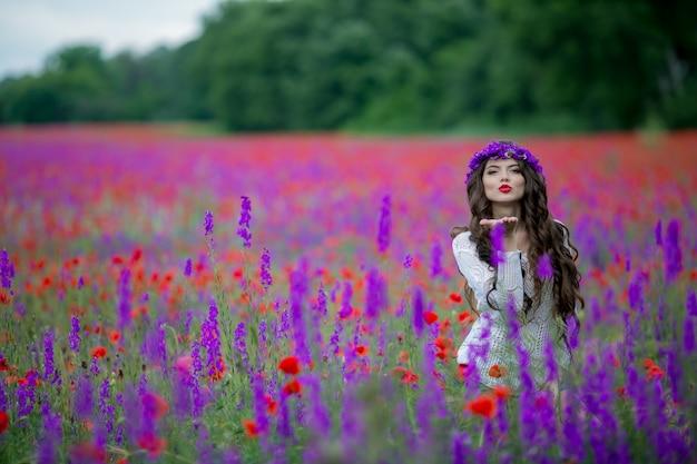 Vrouw op de natuur in een veld met paarse bloemen