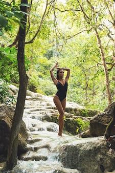 Vrouw op de prachtige waterval in de jungle