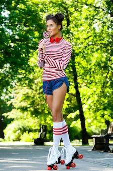 Vrouw op de rolschaats in het park