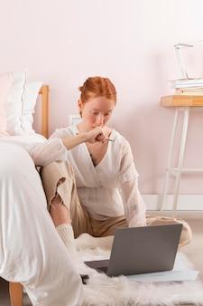 Vrouw op de werkplek met behulp van laptop