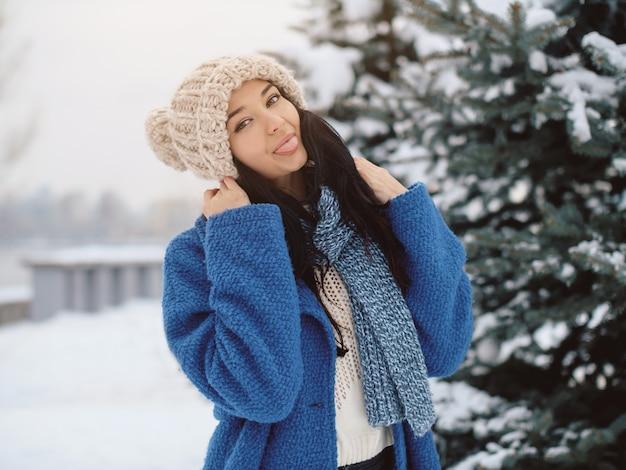 Vrouw op de winterachtergrond