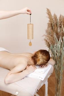 Vrouw op een ontspanningsmassage in de spa salon