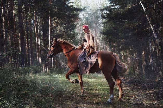 Vrouw op een paard. creatieve roze make-up op gezicht