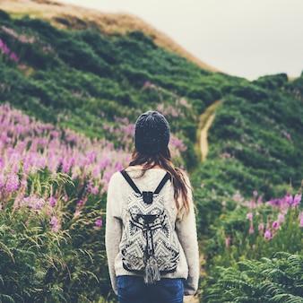 Vrouw op een wandeling door de wildernis