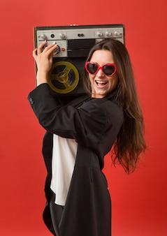 Vrouw op feestje draagt een zonnebril met radio