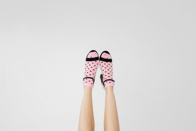 Vrouw op hakken die roze sokken draagt