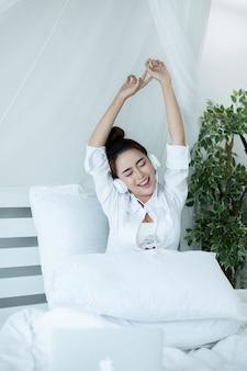 Vrouw op het bed in het huis