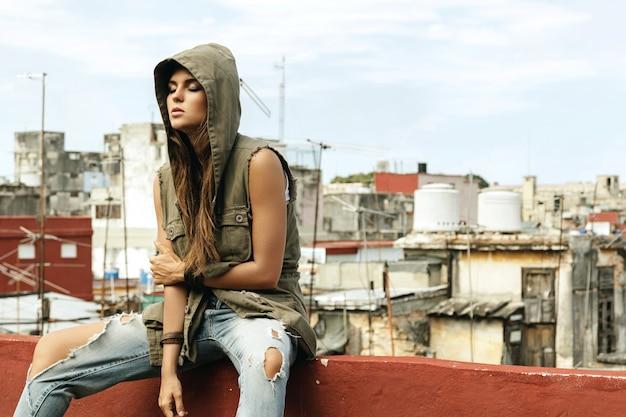 Vrouw op het dak van het oude gebouw