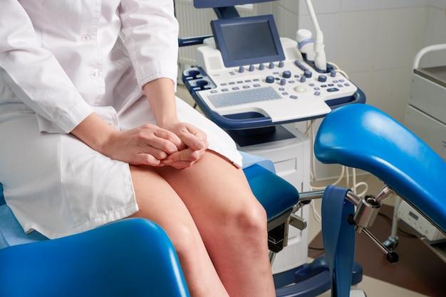 Vrouw op het kantoor van de gynaecoloog zitten en wachten op een arts met testresultaten