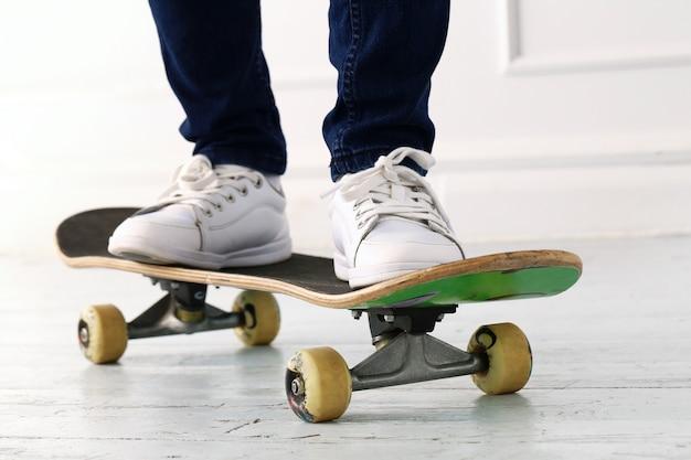 Vrouw op het skateboard