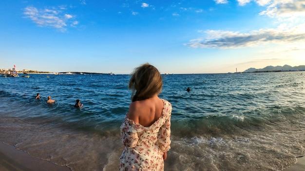 Vrouw op het strand in cannes, frankrijk