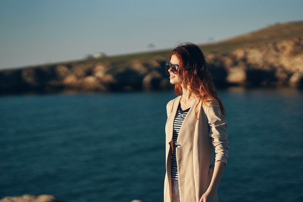 Vrouw op het strand in de bergen in de buurt van de rivier ontspannen vakantie model landschap