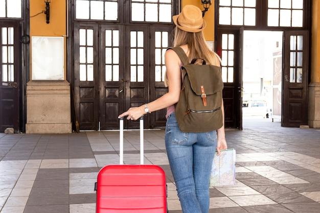 Vrouw op het treinstation van achteren