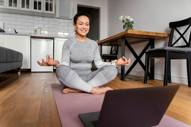 Vrouw op het volledige schot van de yogamat