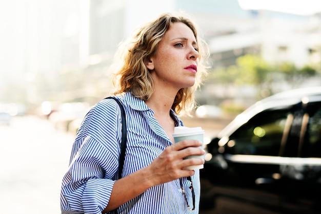 Vrouw op het wachten voor de taxi