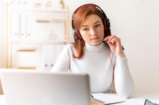 Vrouw op het werk met video-oproep