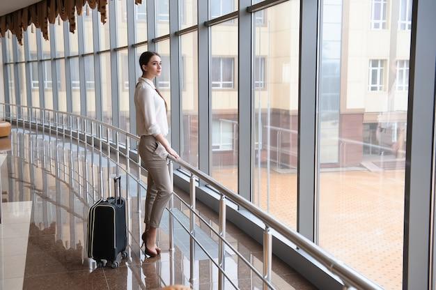 Vrouw op internationale luchthaven. vrouwelijke passagier bij terminal.