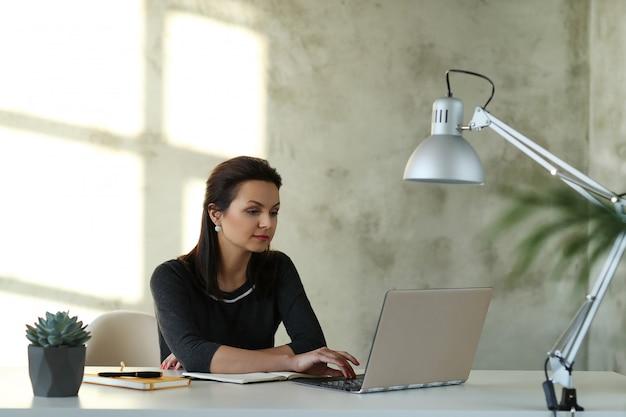 Vrouw op kantoor