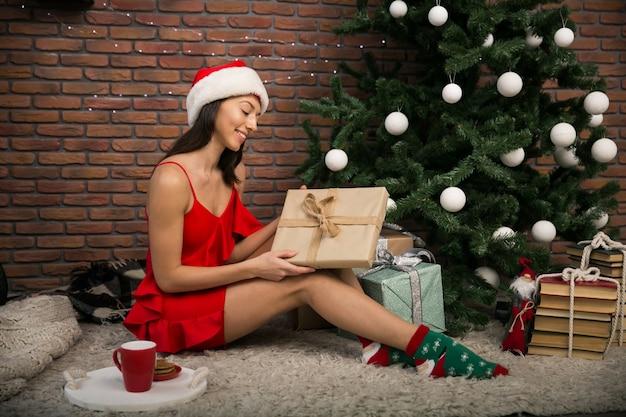 Vrouw op kerstmis met tes en koekjes