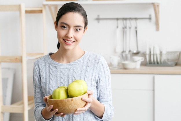 Vrouw op keuken met fruit en ander voedsel, gezonde levensstijl, vrouwelijk alleen thuis. studio opname.