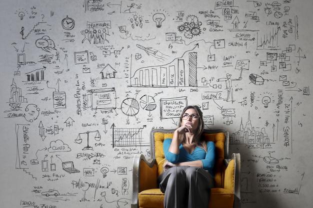 Vrouw op leunstoel op schoolbordplan