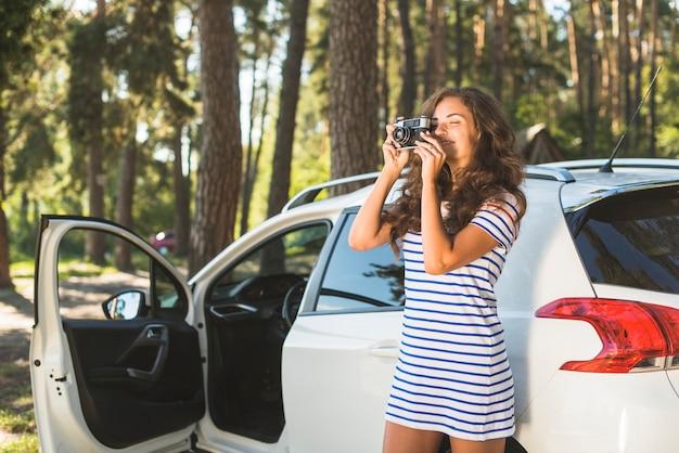 Vrouw op reis met auto