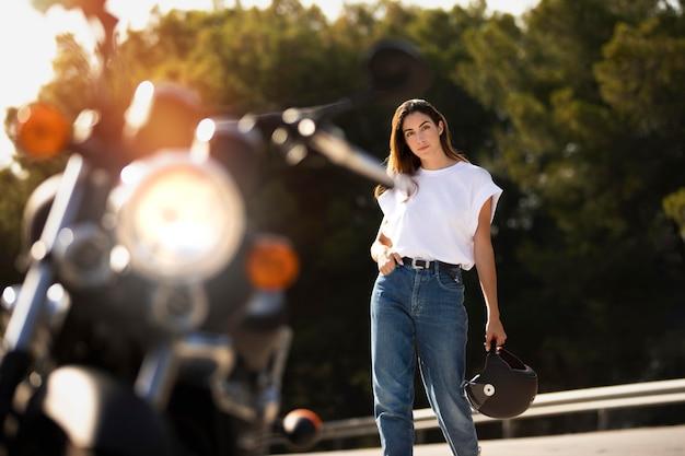 Vrouw op roadtrip met motor