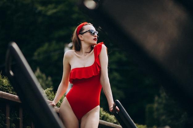 Vrouw op rode zwempakmanier