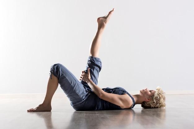 Vrouw op rug rekken hamstring spieren