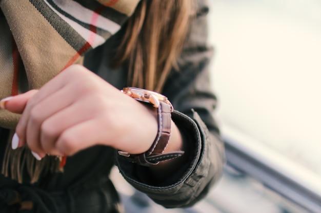 Vrouw op straat kijken naar haar horloges