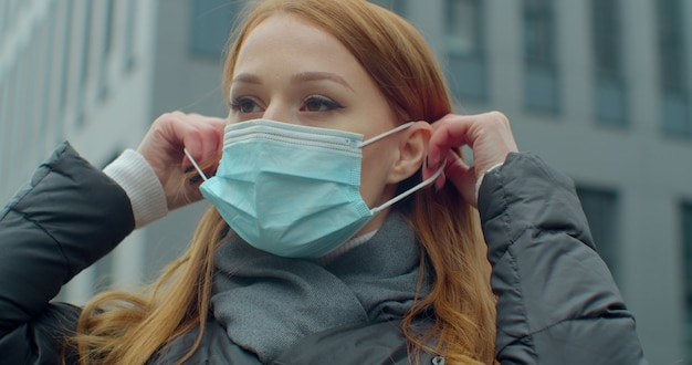 Vrouw op straat met gezichtsbescherming ter preventie van coronavirus covid 19.