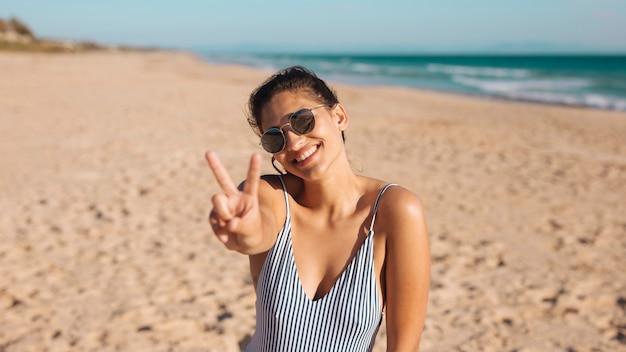 Vrouw op strand dat v zucht maakt