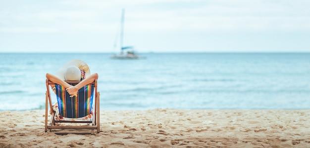 Vrouw op strand in de zomer
