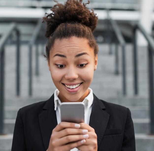 Vrouw op telefoon in dichte omhooggaand